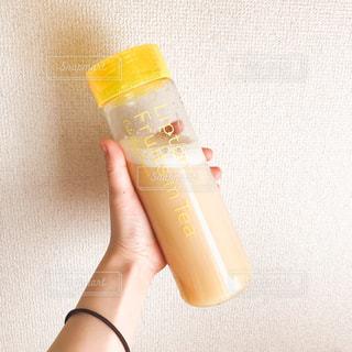 プラスチック製のカップを持っている手の写真・画像素材[1136247]