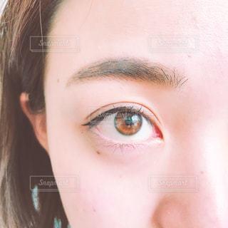 茶色の目とアイラインの写真・画像素材[1653825]