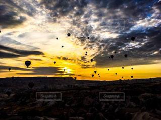空を飛んでいる気球 - No.787406
