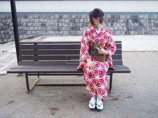 ベンチに座っている着物姿の女の子 - No.869935