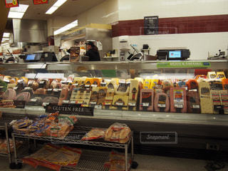 アメリカのスーパーのハム売り場の写真・画像素材[873606]