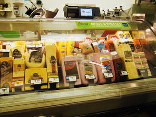 アメリカスーパーのハム売り場の写真・画像素材[877412]