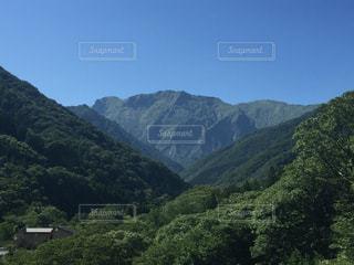 遠方から望む谷川岳の写真・画像素材[504875]