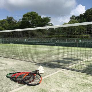 テニスコートとラケットの写真・画像素材[1283978]