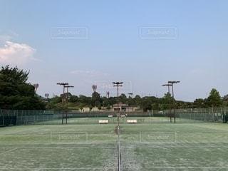 夕暮れ時のテニスコートの写真・画像素材[2329149]