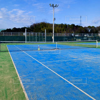 青いテニスコートの写真・画像素材[3022305]
