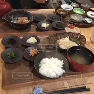 テーブルの上にたくさんの食べ物の写真・画像素材[2098030]