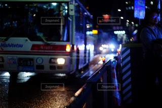夜に街の真ん中に立っている男の人 - No.892943