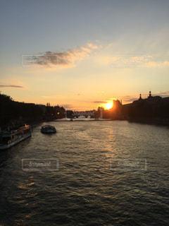 セーヌ川の夕陽の写真・画像素材[742902]