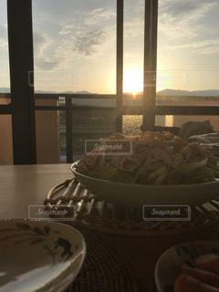 夕食と夕日の写真・画像素材[2184114]