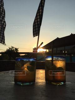 ドリンクと夕日の写真・画像素材[2184182]