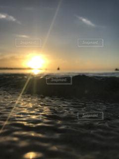 水面と太陽の写真・画像素材[2189896]