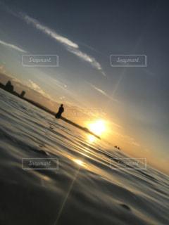 水面から眺める夕日の写真・画像素材[2189904]