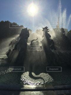 躍動感ある噴水とハートの写真・画像素材[2190794]