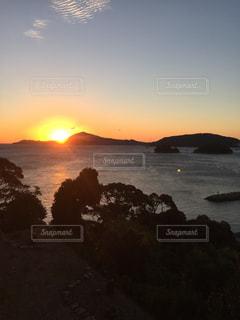水の体に沈む夕日の写真・画像素材[2205475]