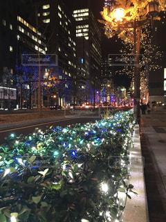 夜の交通に満ちた街の眺めの写真・画像素材[2205478]