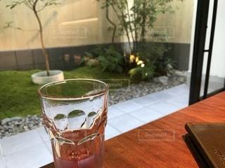 デトックスウォーターと庭の写真・画像素材[2377099]
