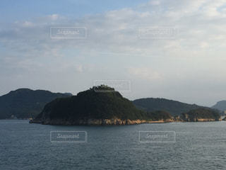 背景の山と水の大きな体の写真・画像素材[725975]