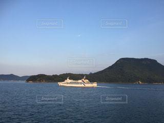 背景の山と水の大きな体の写真・画像素材[725977]
