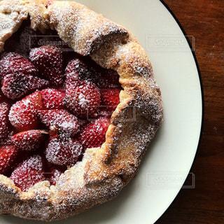 皿の上のケーキの一部の写真・画像素材[999704]