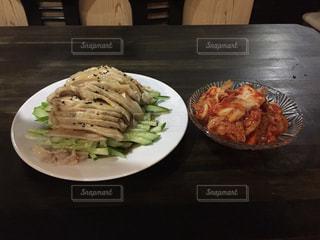 テーブルの上に食べ物のプレート - No.790060