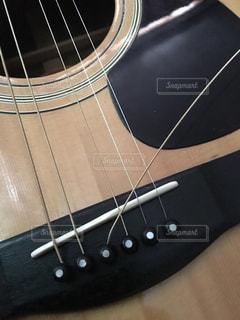 近くにギターのアップの写真・画像素材[865012]