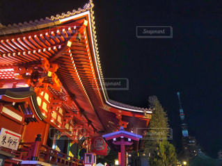 浅草寺からみえるスカイツリーの写真・画像素材[1007136]