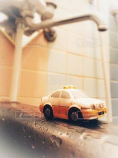 鏡の前で停まっている車 - No.1013112