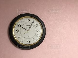 側に取り付けられた大時計の写真・画像素材[2084010]