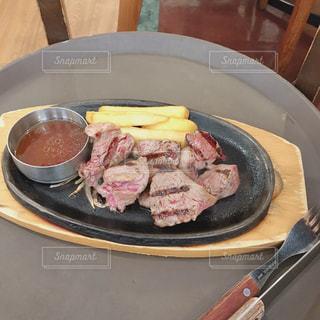 牛肉の切り落としステーキの写真・画像素材[2489398]