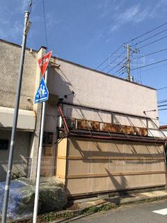 建物の側面にある看板の写真・画像素材[2987692]