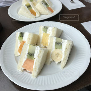 テーブルの上に食べ物のプレートの写真・画像素材[1317428]