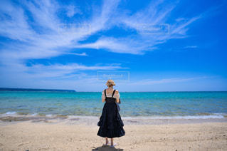 浜辺の前に立っている男の写真・画像素材[2276884]