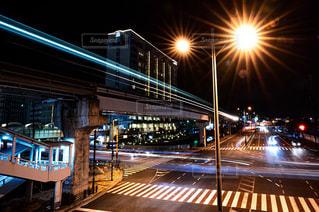 夜の線路上の列車の写真・画像素材[2276885]