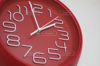 赤い掛け時計の写真・画像素材[515864]