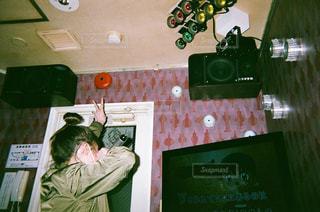 テレビの前に立っている人の写真・画像素材[2370561]