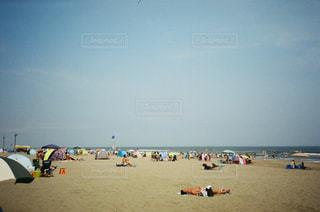 浜辺の人々のグループの写真・画像素材[2370566]