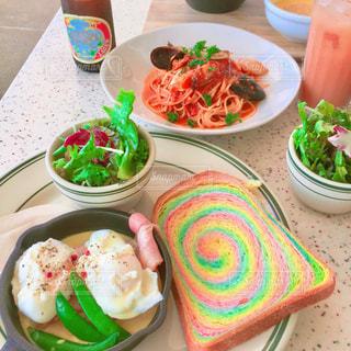 テーブルの上に食べ物の種類で満たされたボウルの写真・画像素材[856456]