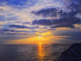 水の体に沈む夕日の写真・画像素材[715367]
