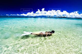 水の体に倒れてる男の写真・画像素材[710455]