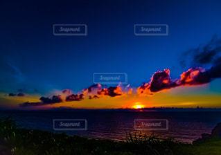 水の体に沈む夕日の写真・画像素材[744728]