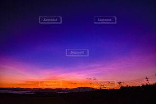 水の体に沈む夕日の写真・画像素材[744735]