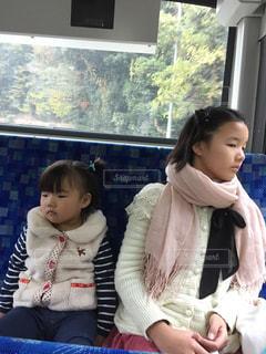 車窓を眺める女の子の写真・画像素材[1000146]