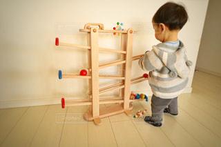 部屋に立っている小さな男の子の写真・画像素材[979180]