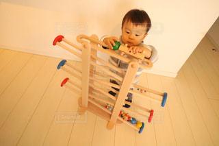 テーブルに座っている小さな子供の写真・画像素材[983728]