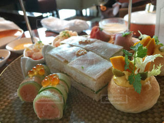 テーブルの上に食べ物のプレートの写真・画像素材[984898]