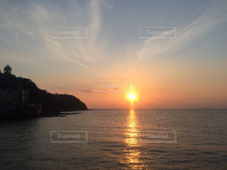 水の体に沈む夕日の写真・画像素材[987584]