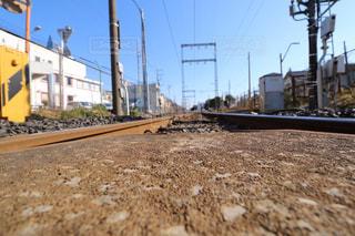 未舗装の道路を走行する列車の写真・画像素材[993005]