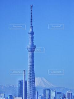 空の背景を持つ大規模な背の高い塔の写真・画像素材[996213]