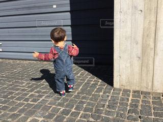 建物の前に立っている少年の写真・画像素材[996214]